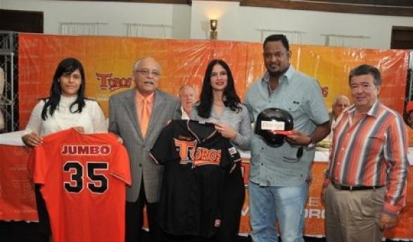 Patrocinadores. Madeline Martínez, de Jumbo, y Mónica Despradel, de Orange Dominicana, entregan los juegos de uniformes a Frank Micheli, José Valverde y Jean Giraldi.