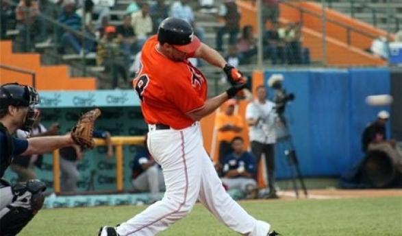 Gaby Sánchez al momento de completar el swing con el cual disparó su doblete clave en el triunfo de los Toros.