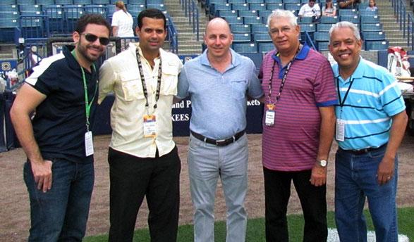 Jesús Mejía, Félix Peguero, Brian Cashman, Pablo Peguero y Mario Emilio Guerrero, figuran en el campo de entrenamientos de los Yankees de Nueva York, en Tampa, Florida