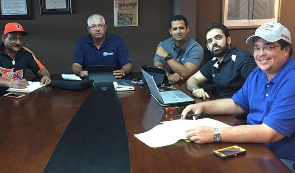 Cuerpo técnicos de  los Toros del Este junto de los Toros. Desde la izquierda, Arturo de Oleo, Pablo Peguero, Mateo, Félix Peguero, Jesús Mejía y Frank Gonzalvo
