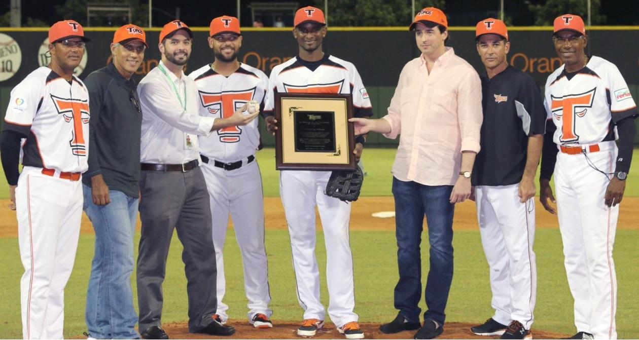 Eduardo Martínez Lima Gonzalvo, Vicepresidente de la Junta de Directores de los Toros del Este entrega una placa conmemorativa a Eugenio Vélez por haber conectado el hit 300 en su carrera en el béisbol dominicano
