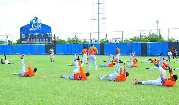A las prácticas están convocados alrededor de 110 peloteros, integrantes de la plantilla de jugadores nativos del equipo naranja, entre los que figuran más de 60 lanzadores, 8 receptores, 27 jugadores del cuadro y 18 jardineros.