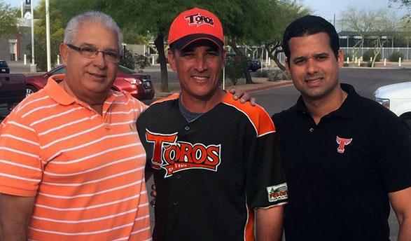 Pablo Peguero, Mike Guerrero y Félix Peguero tras la firma del acuerdo