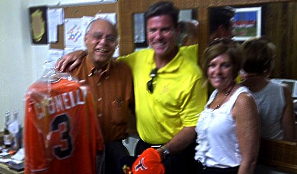 Frank Micheli entrega a Frank Coonelly, presidente de los Piratas de Pittsburgh, una franela original de los Toros con su nombre