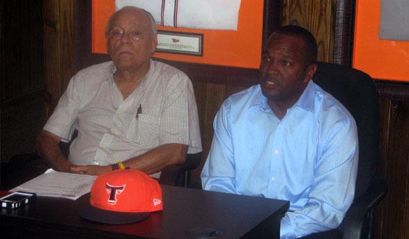 Frank Micheli, Presidente de los Toros, y Félix Francisco, Gerente General del equipo, mientras ofrecían declaraciones a la prensa.