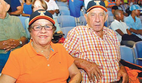 La señora Carmen Luisa Valdez de Miranda y su esposo, Joaquín Miranda, fieles fanáticos de los Toros del Este.